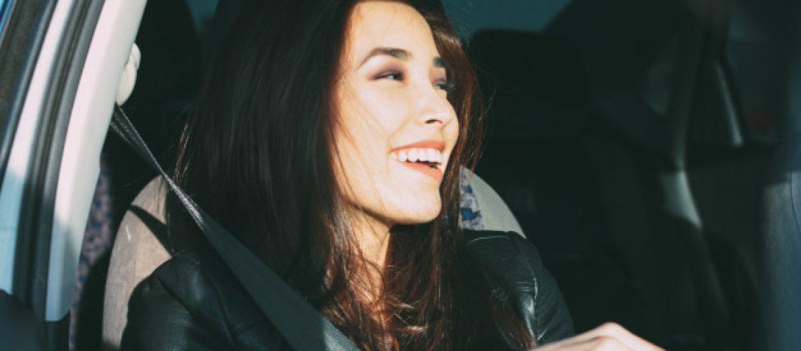 happpy-encantador-encantador-morena-cabelo-comprido-jovem-mulher-asiatica-em-jaqueta-couro-preta-desfrutando-vida_72389-1175